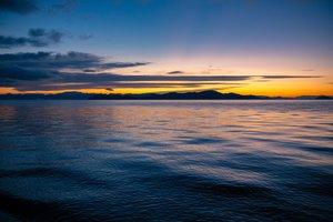 夜明け前の琵琶湖。湖西地域の雄大で厳しい自然の写真も多く紹介する(山崎純敬さん撮影)
