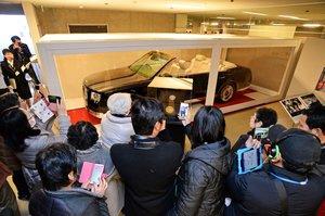 展示されたオープンカーを写真に収める来館者ら(京都市上京区・京都迎賓館)=撮影・船越正宏