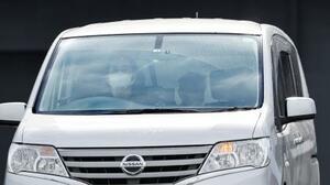 送検のため、村田優容疑者を乗せ富山南署を出る車両=14日午後0時1分