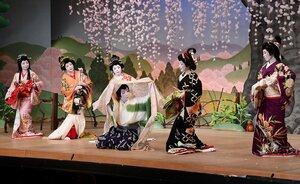 舞踊劇「花折女房」を華やかに演じる芸妓ら(2019年3月24日、京都市上京区・上七軒歌舞練場)