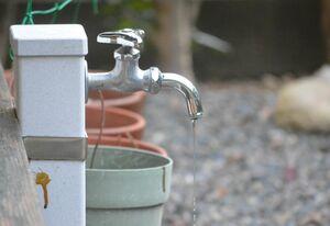 屋外に設置された水道の蛇口。凍結防止に、少量の水を出しておくことも対策になるという(京都市北区)