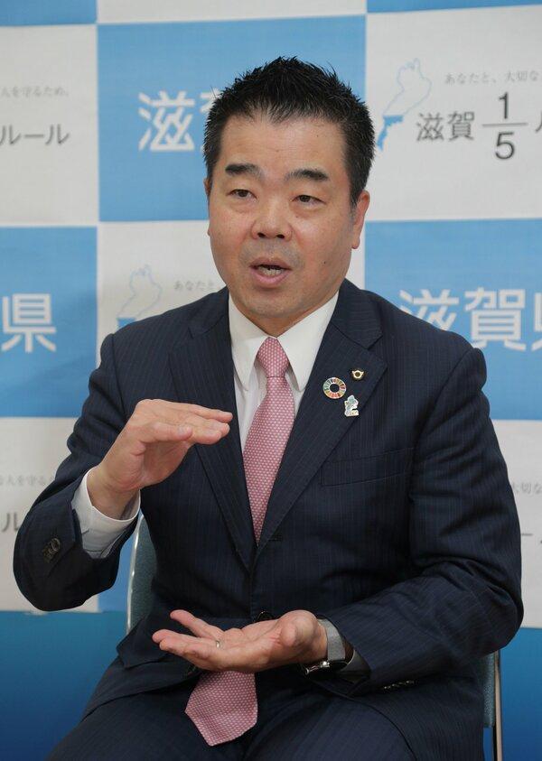 滋賀県の三日月知事(4月30日、大津市・滋賀県庁)
