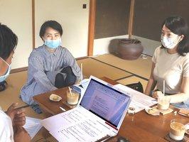 出口さん(右)と並河さん(中央)が進行し、リラックスした雰囲気で進むラジオ番組の収録=京都府亀岡市