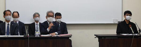 館長就任の見送りを発表する京都市の北村政策監(左から4人目)や三浦さん(右端)ら=京都市左京区