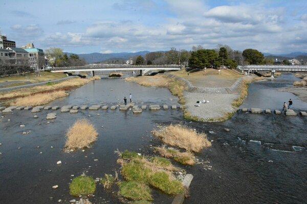 「かもがわ」と高野川(右)が合流する出町柳(賀茂大橋から上流方向を撮影)=京都市内