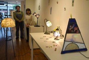 和紙やステンドグラスのランプシェードを並べた「あかり展」(滋賀県彦根市銀座町)
