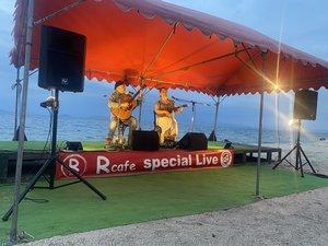 北比良の浜辺で定期的に開かれているハワイアン音楽のライブ。MARTYさん(左)らミュージシャンの交流も広がっている