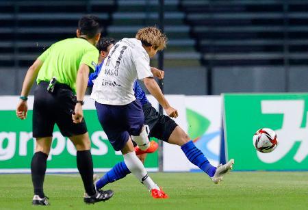 大分―FC東京 後半、先制ゴールを決めるFC東京・永井(11)=昭和電ドーム