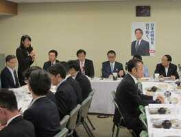 自民党の会議で「キッズゾーン」の設定などを要望する越大津市長(写真奥左から2人目)=16日午前8時5分、東京都千代田区・自民党本部