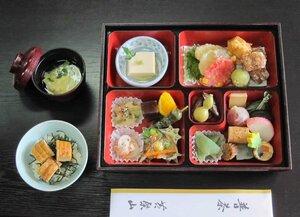 ウナギのかば焼きもどき丼(左下)や彩り豊かな料理が盛り込まれた特別普茶弁当