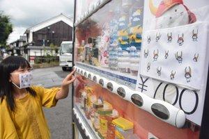 「よく冷えた」ひこにゃんのマスクを売る自販機(滋賀県彦根市本町1丁目)