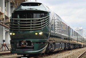 深緑色で塗られたJR西日本の豪華寝台列車「トワイライトエクスプレス 瑞風」(資料写真)