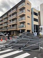 強風の影響でマンションの足場が崩れ、道路をふさいだ(滋賀県大津市京町3丁目)