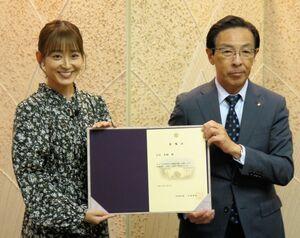 委嘱状を受け取った太田さん(左)と西脇知事=京都市上京区・京都府庁