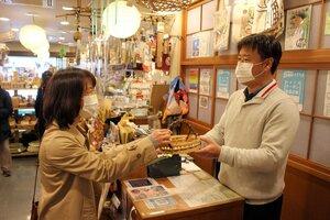 コロナ以降商店街での買い物が増えた女性(左)と店主の石川さん=2020年12月10日、京都市右京区・いしかわ竹乃店