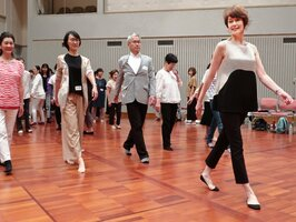 藤原弘子さん(右)から美しい歩き方について学ぶ参加者=舞鶴市総合文化会館