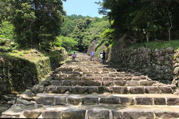 安土城跡で発掘、復元された大手道。両側には石垣が数多く残る(近江八幡市安土町)