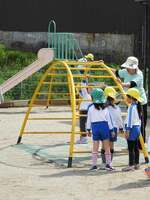 保育所で遊ぶ子どもたち。10連休中は大半が休みとなり、保護者にとっては預け先の確保が切実な問題だ(亀岡市北河原町・市立第六保育所)