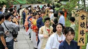 時代ごとの髪型と衣装で練り歩く「櫛まつり」の行列(23日午後1時58分、京都市東山区・安井金比羅宮)