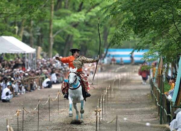 勢いよく走る馬上から矢を放つ射手(3日午後3時10分、京都市左京区・下鴨神社)