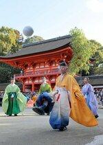 華麗な足技で鞠を蹴り合う蹴鞠保存会の会員たち(4日午後2時50分、京都市左京区・下鴨神社)
