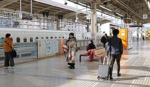例年とは異なり、乗降客がまばらな新幹線ホーム(3日午前9時51分、京都市下京区・JR京都駅)