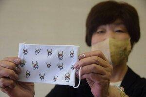彦根夢京橋商店街振興組合が作ったひこにゃんのマスク(彦根市尾末町・市民会館)