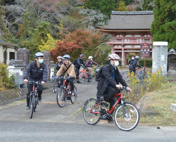 九品寺を自転車で出発する参加者(南丹市園部町船阪)
