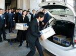 湖南省に向け医療用手袋を発送する県職員(大津市・県庁)