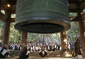 大みそかを前に、豪快に鐘を突く僧侶ら(27日午後2時、京都市東山区・知恩院)