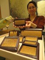 琵琶湖産ブラックバスの皮を丹念になめしたコードバンの革小物製品。米国の展示会に出品する(大阪市・ウォームスクラフツマニュファクチャー)