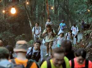 千日詣で愛宕神社を目指し山道を登る参拝者(31日午後6時51分、京都市右京区・愛宕神社参道)