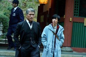 助手(志尊淳=右)と相棒を組む由利(吉川)。愛宕念仏寺(右京区)で撮影した一場面