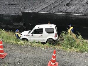 河川敷に転落した車を調べる城陽署員ら(6日午後2時半、城陽市水主)