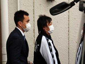 送検のため亀岡署を出る藤田容疑者(右)=2021年1月17日午前7時35分ごろ、京都府亀岡市安町