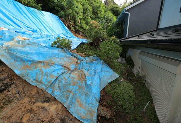 斜面が崩れ、住宅街に流れ込んだ土砂(3日午前6時31分、大津市穴太3丁目)