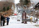 リフトを動かしスキー場開きを祝う関係者(京都府京丹後市弥栄町・スイス村スキー場)