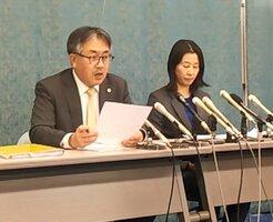 遺族らのコメントを読み上げる被害者側弁護士(17日午後1時すぎ、大津市内)