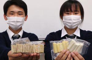 須知高の生徒が開発したチーズ(右)と全粒粉クラッカー=京都府京丹波町・須知高