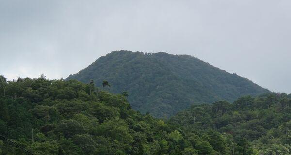 天女が舞い降りたとされる羽衣伝説が残る磯砂山(中央奥)。一帯で風力発電の設置が計画されている=京丹後市峰山町側から撮影