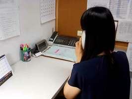 犯罪被害者からの電話相談に応じるスタッフ(大津市・おうみ犯罪被害者支援センター)