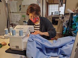 工房で防護服を縫製する稲森さん(大阪府島本町)