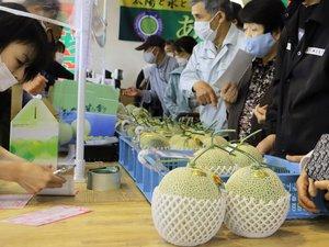 あいとう温室メロンを買い求める市民ら(滋賀県東近江市・あいとうマーガレットステーション)