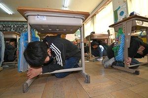 机の下にもぐり込んで身を守る児童たち(11日午前9時34分、京都市左京区・養徳小)