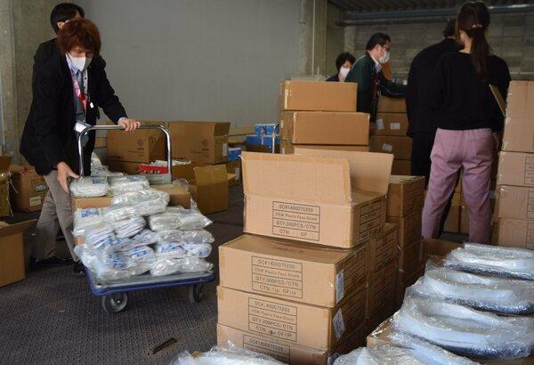 マスクなどの医療物資を受け取る病院スタッフら(大津市・県庁)