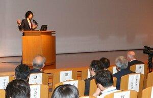 京都大で開かれたシンポジウムで講演するシャルパンティエ氏(2016年7月、京都市左京区)
