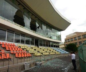 特別観覧席のガラスが割れた京都向日町競輪場(18日、京都府向日市寺戸町)