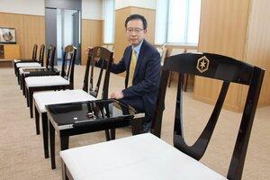 彦根仏壇の技術を使って製作した応接用の机と椅子(彦根市役所)