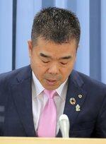 無罪否定の書面について謝罪する滋賀県の三日月知事(17日午後、大津市・滋賀県庁)