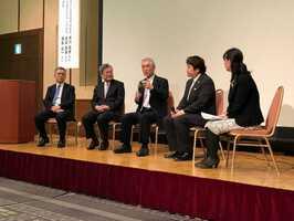 がん患者の清水さん(右から2人目)らと、がん免疫療法について語る本庶教授(中央)=京都市下京区